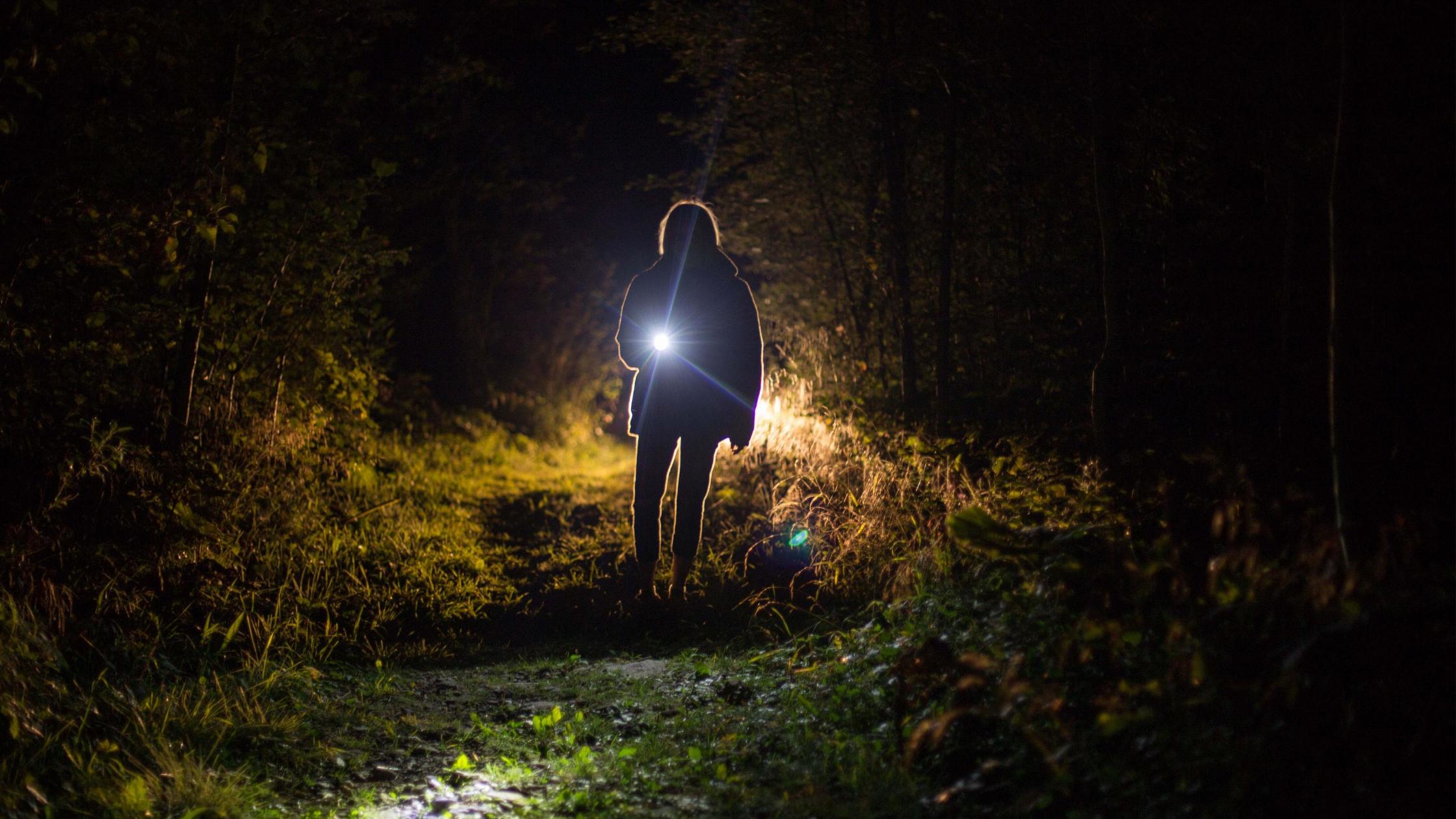 Een nachtelijke wandeling op een donkere camping